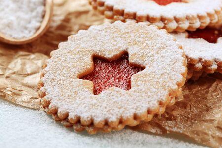 jam biscuits: Biscotti di marmellata cosparsi con glassa di zucchero - dettaglio Archivio Fotografico