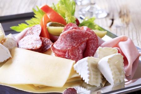 carnes: Variedad de quesos y carnes deli en una bandeja Foto de archivo