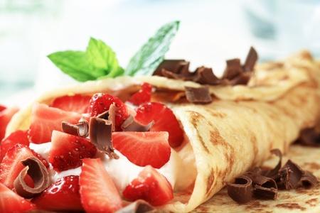 crepas: Crepas con queso y fresas salpicado de rizos de chocolate