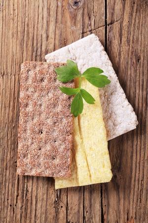 crispbread: Variet� di cracker su legno - sovraccarico