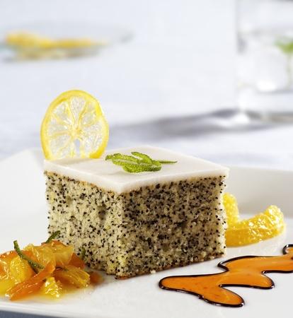trozo de pastel: Amapola de pastel de semillas, con la guinda adornado con frutas