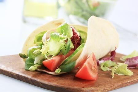 tortilla de maiz: Tortilla de ma�z rellena con ensalada de verdura fresca