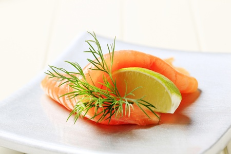 salmon ahumado: Rebanada delgada de salmón ahumado y cal