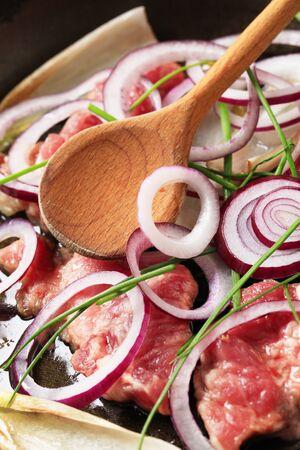 endivia: Escarola, cebolla y cerdo cruda deja en una sart�n