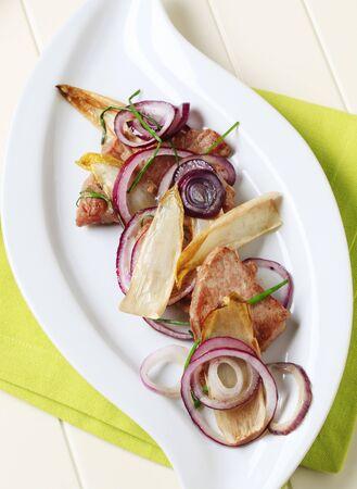 endivia: Pan tostado de cerdo con hojas de cebolla y escarola Foto de archivo