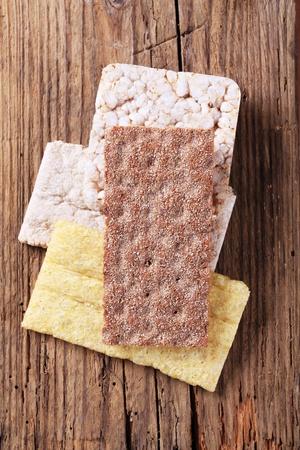 crispbread: Variet� di cracker su legno - overhead