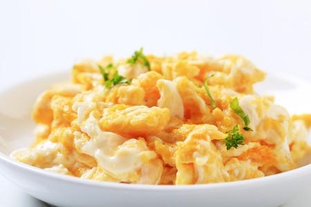 scrambled eggs: Revuelto en una placa - estudio Foto de archivo
