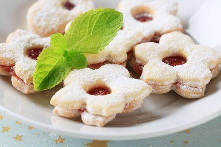 jam biscuits: Biscotti di Natale marmellata cosparsa di zucchero a velo