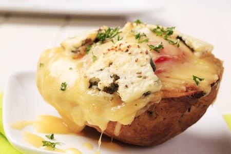 картофель: Двухместный сыр дважды печеный картофель посыпать петрушкой Фото со стока