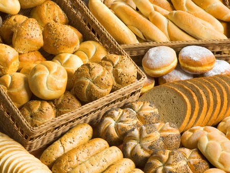 bollos: Surtido de pan fresco, rollos, bollos y donuts  Foto de archivo