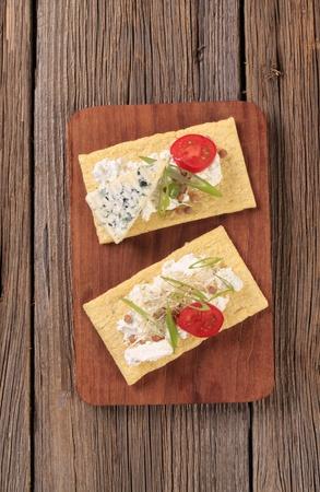 crispbread: Due fette di mais croccanti e formaggio Archivio Fotografico
