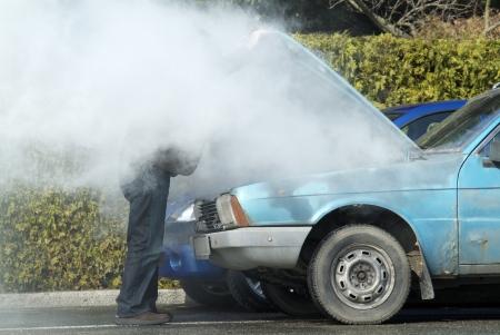 in trouble: Hombre mirando un motor de fumar en su auto  Foto de archivo