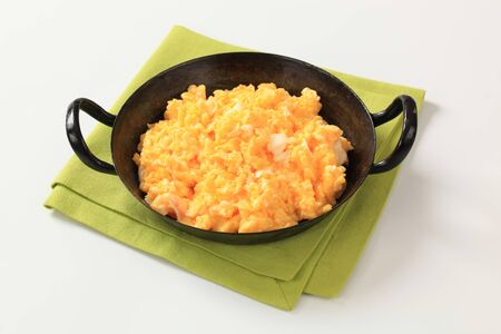 scrambled eggs: Huevos revueltos listo en un pan-detalle Foto de archivo
