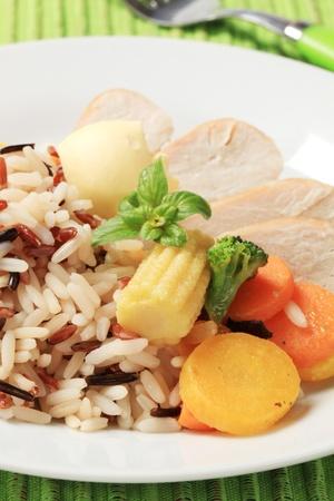 Plato saludable de la mezcla de arroz, carne de pollo y verduras Foto de archivo - 9537284