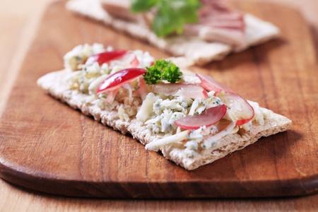 crispbread: Croccanti con formaggio blu e pat� - closeup Archivio Fotografico