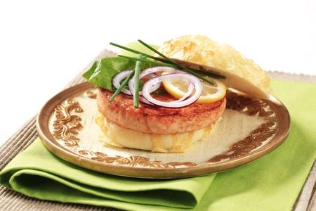 맛있는 연어 햄버거의 근접 촬영