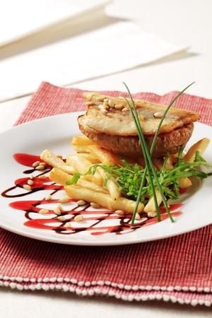 pan fried: Pan fritto filetto di pesce con patate al forno e patatine fritte