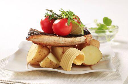 pan fried: Pan fritto servita con patate novelle di trota  Archivio Fotografico