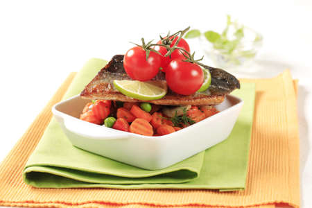 pan fried: Pan fritto servito con verdure miste di filetto di trota Archivio Fotografico