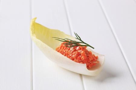 andijvie: Rode linzen salade op verse andijvie bladeren