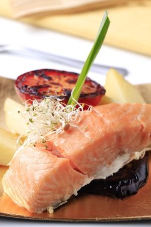 pan fried: Pan fritto filetto di salmone, patate, pomodoro e melanzane alla griglia