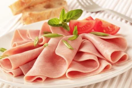 ham: Dunne plakjes ham op een bord