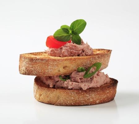 Zwei Scheiben geröstetes Brot und Pastete Standard-Bild