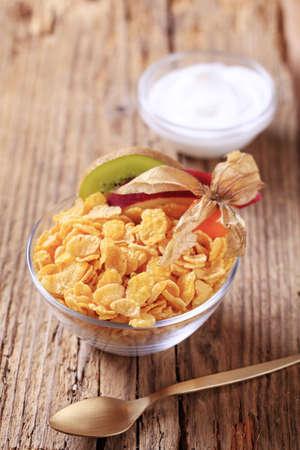 corn flakes: Bol de corn flakes et yaourts blanc Banque d'images