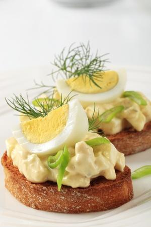 mahonesa: Rebanadas de pan tostado y la propagaci�n de huevo Foto de archivo