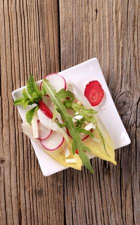 escarola: Endibia y r�bano espolvoreado con queso feta y r�cula