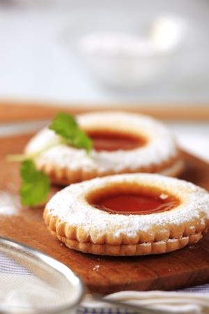 jam biscuits: Due biscotti marmellata cosparse di zucchero a velo Archivio Fotografico