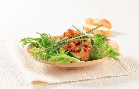andijvie: Avocado gevuld met gehakt gegarneerd met krulandijvie