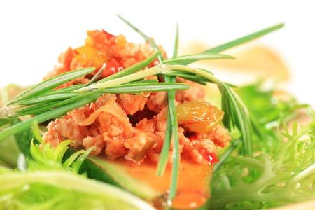 andijvie: Avocado gevuld met gehakt vlees gegarneerd met krulandijvie