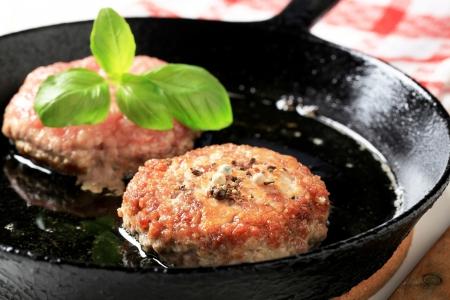 pan fried: Particolare pan polpettine fritte in una padella fate soffriggere