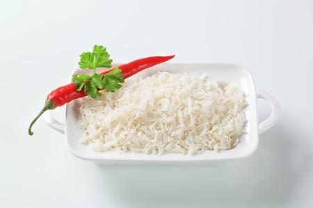 riso bianco: Riso bianco bollito in un piatto di porcellana