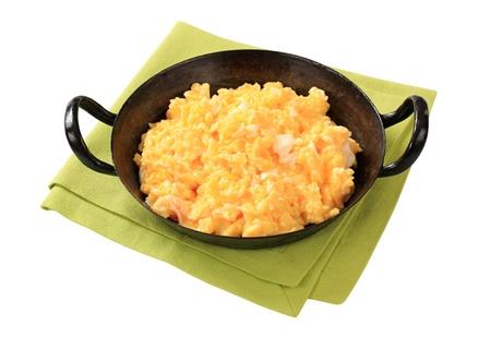 huevos revueltos: Huevos revueltos preparados en una sartén Foto de archivo