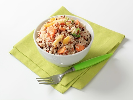 arroz blanco: Taz�n de arroz mezclado con verduras - estudio Foto de archivo