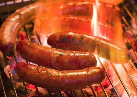 saucisse: Griller bratwursts sur un gril de charbon de bois