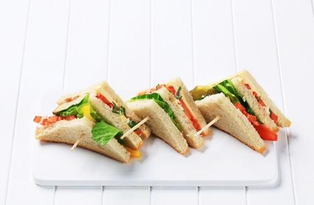 bocadillo: Tri�ngulos vegetales s�ndwich en la tabla de cortar Foto de archivo