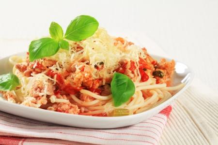 queso rayado: Espaguetis con carne picada y el tomate espolvoreado con queso