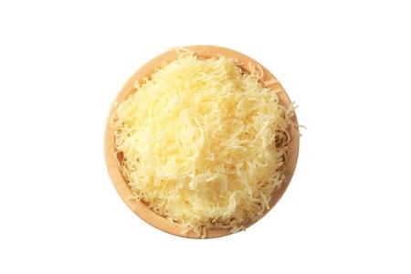 queso rayado: Queso rallado en un taz�n de madera Foto de archivo