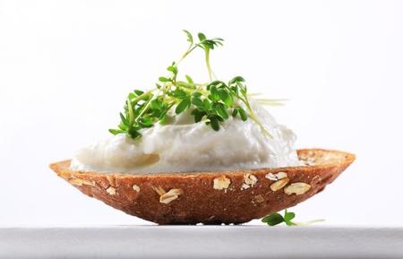 cottage cheese: Pane integrale con ricotta e crescione Archivio Fotografico