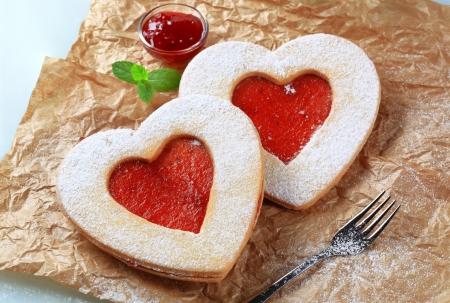 mermelada: Las galletas con forma de coraz�n bizcocho con mermelada de llenado