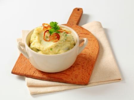 으깬: 으깬 감자와 갈색 양파의 그릇 스톡 사진