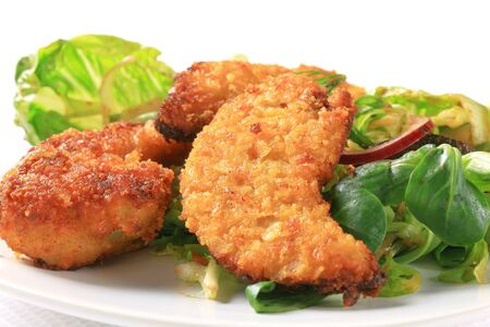 breaded: Crispy chicken tenders with salad greens