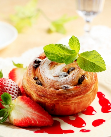 raisin: Pain au raisin with fresh strawberries