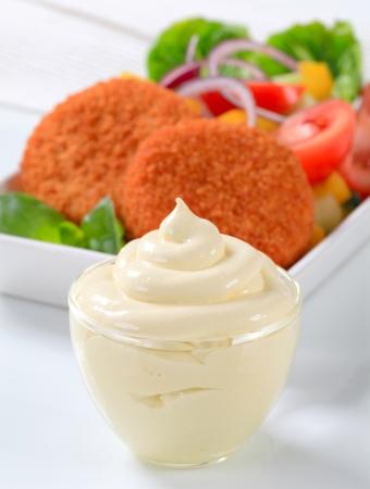 gronostaj: Smażony ser z sałatką ze świeżych warzyw i majonezu Zdjęcie Seryjne