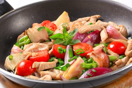Kuřecím masem a zeleninou hýbat smažit Reklamní fotografie