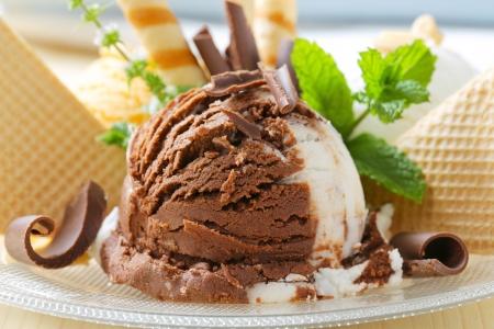 Čokoládová vanilková zmrzlina zdobený oplatky a čokoládové kudrlinky