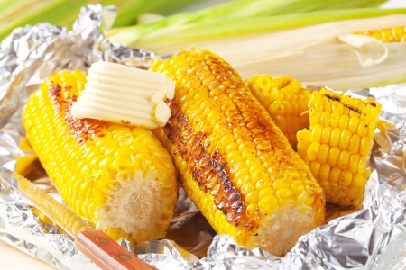 Kousky kukuřice grilovaná v alobalu